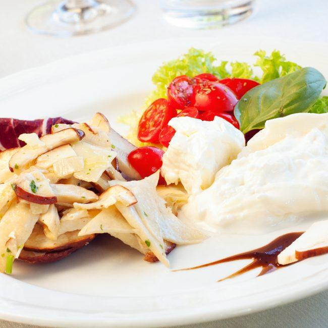 Burrata con pomodori datterini e insalata di carciofi crudi