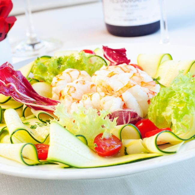 Mazzancolle accompagnate da crudité di verdure e pomodori datterni