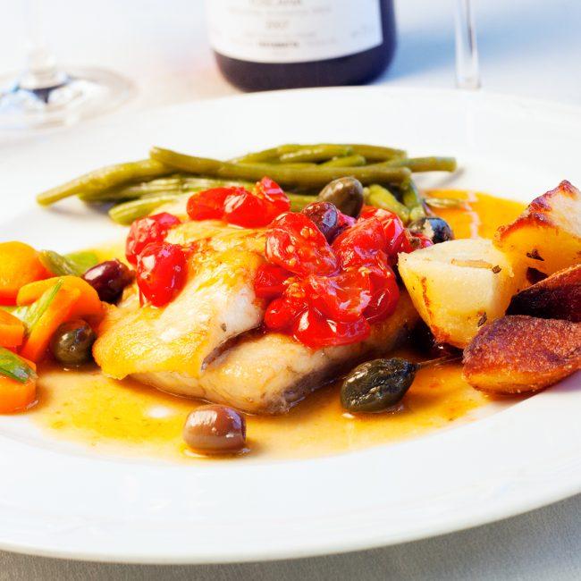 Pescato del giorno accompagnato da patate, verdure e pomodori datterini